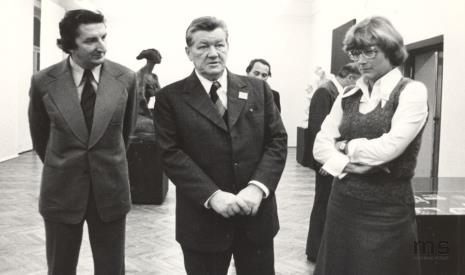 Od lewej pracownica Ministerstwa Kultury i Sztuki, Lucjan Motyka (kierownik Wydziału Kultury KC PZPR), Wiesław Garboliński (rektor PWSSP w Łodzi, przewodniczący ZPAP w Łodzi)