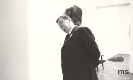 Zwiedzanie ekspozycji, z lewej Ryszard Brudzyński (wicedyrektor ms), w środku Lucjan Motyka (kierownik Wydziału Kultury KC PZPR), z prawej Włodzimierz Pośpiech (kierownik Wydziału Kultury i Sztuki RN m. Łodzi)