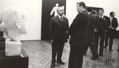 Od lewej x, Lucjan Motyka (kierownik Wydziału Kultury KC PZPR), pracownica Ministerstwa Kultury i Sztuki