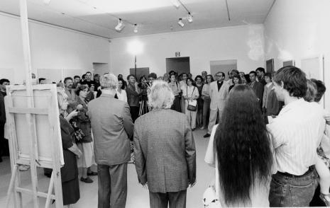 Otwarcie wystawy, w głębi widoczny ks. Waldemar Sondka (Duszpasterstwo Środowisk Twórczych)