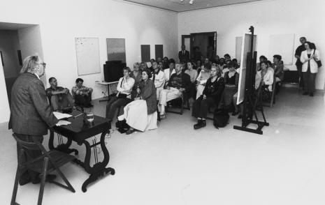 Przy stoliku stoi Stanisław Fijałkowski, pod ścianą siedzą Dariusz Bugalski i Wojciech Goczkowski (Dział Naukowo – Oświatowy), w pierwszym rzędzie siedzą Aurelia Mandziuk (PWSSP w Łodzi) i red. Krystyna Namysłowska (Polskie Radio)