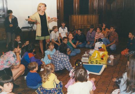 Maria Brewińska (Dział Naukowo - Oświatowy) prowadzi zajęcia z dziećmi w sali odczytowej ms
