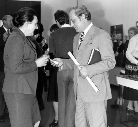 Regina Marquardt (Dział Realizacji Wystaw i Wydawnictw) w rozmowie z tłumaczem
