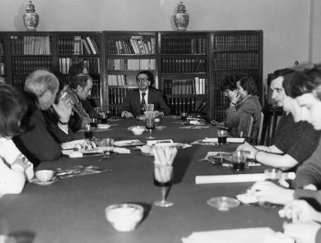 Konferencja prasowa w czytelni biblioteki Działu Dokumentacji Naukowej, w środku dyr. Ryszard Stanisławski