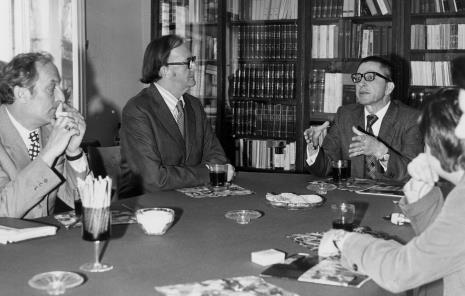 Konferencja prasowa w czytelni biblioteki Działu Dokumentacji Naukowej, od lewej x, dr Lott (The British Council), dyr. Ryszard Stanisławski