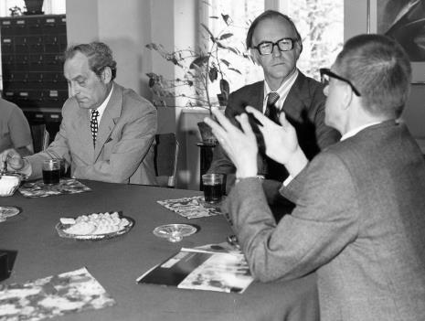 Konferencja prasowa w czytelni biblioteki Działu Dokumentacji Naukowej, pierwszy z prawej Janusz Głowacki (Dział Sztuki Nowoczesnej)