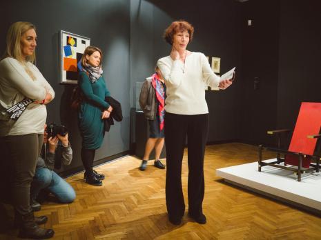 Z prawej Anna Saciuk-Gąsowska (Dział Sztuki Nowoczesnej) oprowadza po wystawie Organizatorzy życia. De Stjil...