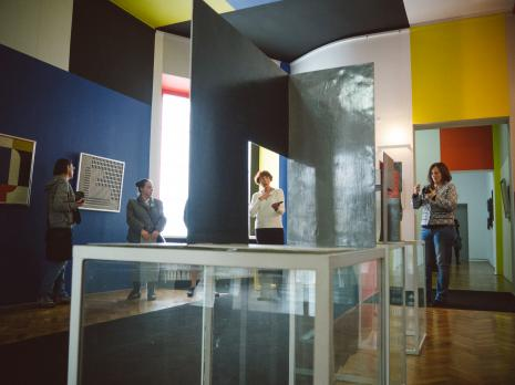 Oprowadzanie po wystawie Organizatorzy życia. De Stijl, polska awangarda i design, od lewej x, x, Anna Saciuk-Gąsowska i Paulina Kurc-Maj (Dział Sztuki Nowoczesnej).