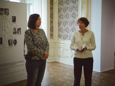 Kuratorki Paulina Kurc-Maj i Anna Saciuk-Gąsowska podczas oprowadzania po wystawie.