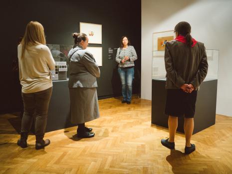 W głębi kuratorka wystawy Paulina Kurc-Maj.