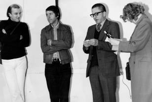 Od lewej malarze Toon Verhoef i J.C.J. van der Heyden, dyr. Ryszard Stanisławski, dziennikarka Polskiego Radia