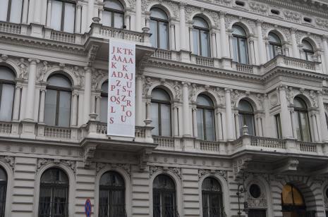 Praca Cezarego Bodzianowskiego na budynku ms.
