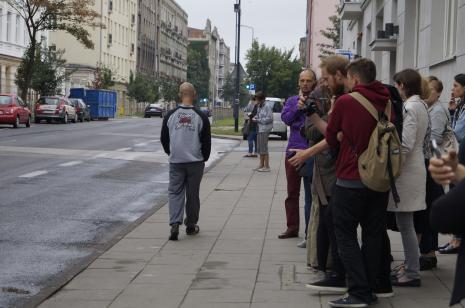 Świadkowie zdarzenia, w fioletowym ubraniu Martyn Kramek (Dział Realizacji Wystaw i Wydawnictw)