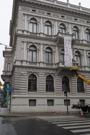 Instalacja pracy Cezarego Bodzianowskiego na budynku ms.
