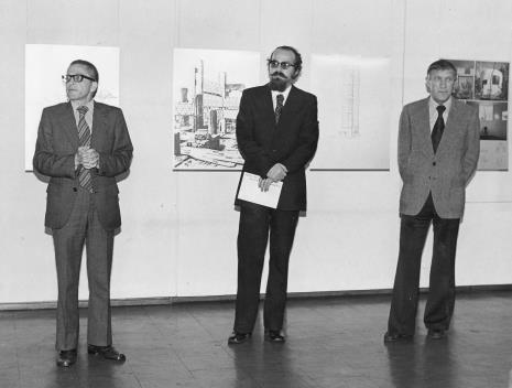 Od lewej dyr. Ryszard Stanisławski, Wojciech Ekiert (dyrektor Wydziału Kultury RN m. Łodzi), malarz Wiesław Garboliński (rektor PWSSP w Łodzi, prezes ZPAP w Łodzi)