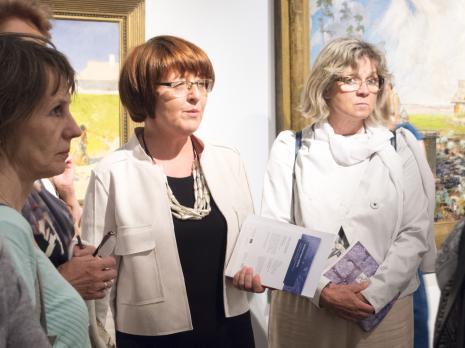 Wernisaż. W środku Dorota Berbelska (kuratorka wystawy, Muzeum Pałac Herbsta). Fot. Julia Talaga.