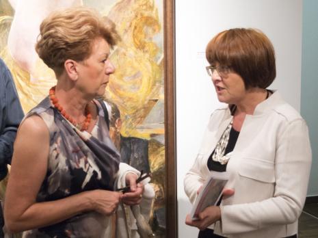 Wernisaż. Z prawej Dorota Berbelska (kuratorka wystawy, Muzeum Pałac Herbsta). Fot. Julia Talaga.