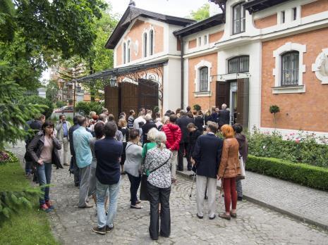 Wernisaż. Publiczność przed budynkiem d. powozowni. Fot. Julia Talaga.
