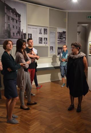 Konferencja prasowa. Od lewej red. Aleksandra Talaga (Kalejdoskop), x, x, Katarzyna Mądrzycka-Adamczyk (Dział Edukacji), Milada Ślizińska (kuratorka wystawy).