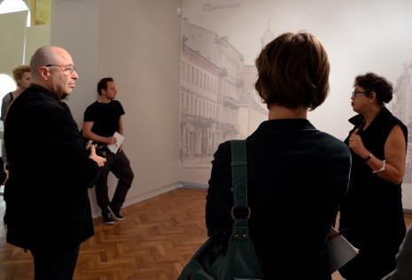 Konferencja prasowa. Od lewej x, dr Przemysław Strożek (IS PAN w Warszawie), x, Katarzyna Mądrzycka-Adamczyk (kuratorka wystawy).