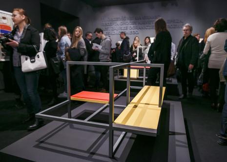 Wernisaż. Publiczność podczas zwiedzania wystawy.