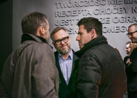 W środku Wojciech Leder (ASP w Łodzi, komisarz wystawy), pierwszy z prawej Łukasz Ogórek.