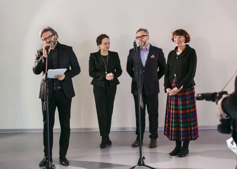Od lewej dyr. Jarosław Suchan (ms), Jolanta Rudzka Habisiak (rektor ASP w Łodzi), Anna Saciuk-Gąsowska (Dział Sztuki Nowoczesnej, kuratorka wystawy), Wojciech Leder (ASP w Łodzi, kurator wystawy).