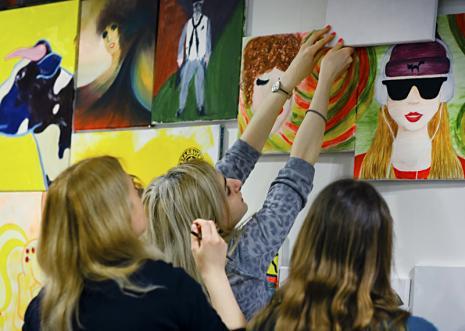 Uczestnicy akcji My Colouring... Wall podczas pracy.