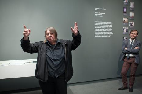 Wystąpienie Ewy Zarzyckiej. Z prawej Daniel Muzyczuk (komisarz wystawy, kierownik Działu Sztuki Nowoczesnej).