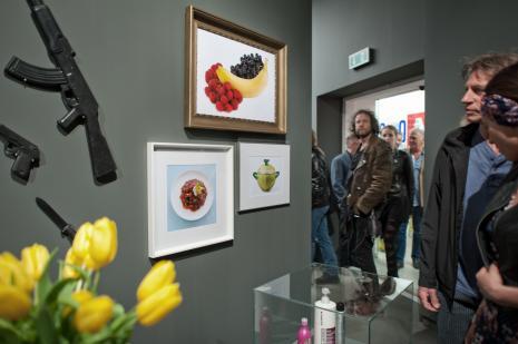 Publiczność zwiedzająca wystawę. Z prawej Sylweriusz Koperkiewicz.