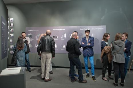 Publiczność zwiedzająca wystawę. W granatowej marynarce Marcin Polak.