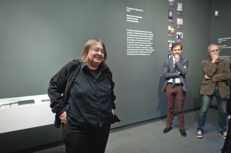 Wystąpienie Ewy Zarzyckiej. Obok Daniel Muzyczuk (komisarz wystawy, kierownik Działu Sztuki Nowoczesnej) i Włodzimierz Adamiak (architekt).