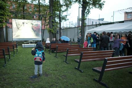 Publiczność podczas projekcji filmu w ogrodzie ms. W szarej marynarce Jacek Wdzięczak.