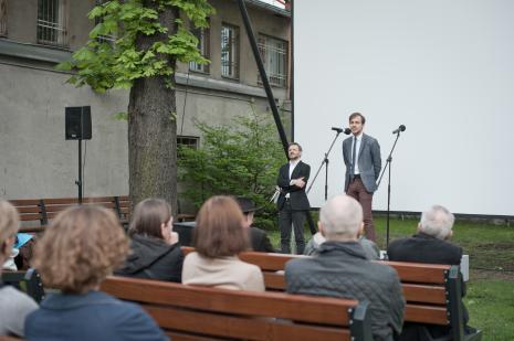 Przy mikrofonie Daniel Muzyczuk (komisarz wystawy, kierownik Działu Sztuki Nowoczesnej).