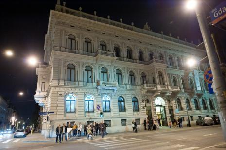 Uczestnicy performensu na tle budynku ms1 przy ul. Więckowskiego 36.