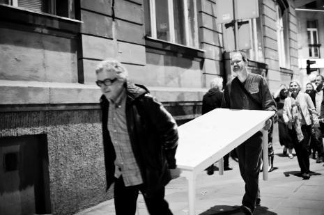 Adam Klimczak i Zbigniew Zieliński w pochodzie przez ulicę Próchnika. Z tyłu red. Krystyna Namysłowska (dawn. Polskie Radio).