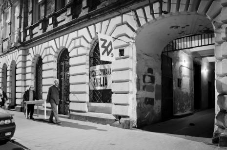 Na czele Zbigniew Zieliński (twórca znaku Galerii Wschodniej wiszącego nad bramą), z tyłu Adam Klimczak (Galeria Wschodnia).