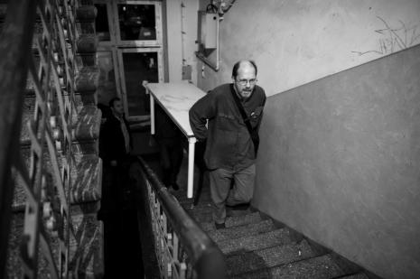Zbigniew Zieliński na klatce schodowej domu przy ul. Wschodniej 29.