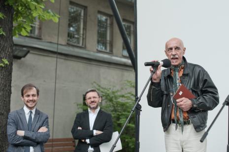 Od lewej Daniel Muzyczuk (komisarz wystawy, kierownik Działu Sztuki Nowoczesnej), dyr. Jarosław Suchan (ms), Wojciech Czajkowski.