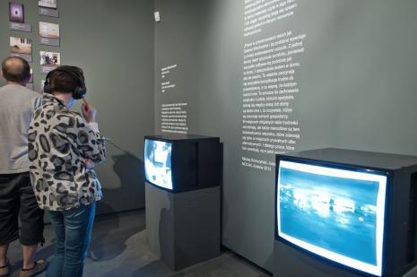 Publiczność zwiedzająca wystawę.