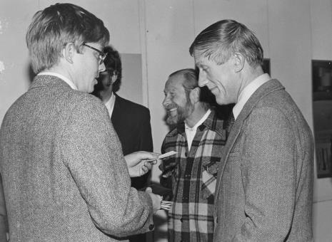 Od lewej R. Williams (zastępca attache prasowego ambasady USA w Polsce) oraz malarze Jan Łukasik i Wiesław Garboliński (rektor PWSSP w Łodzi )