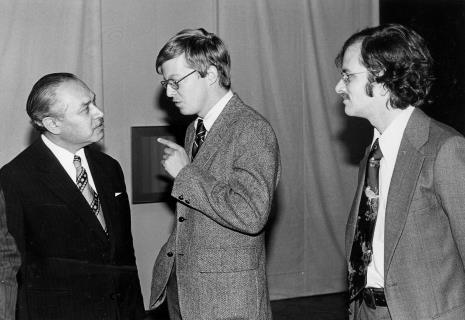 Od lewej dyr. Ryszard Brudzyński w rozmowie z R. Williamsem (zastępca attache prasowego ambasady USA) i przedstawicielem ambasady USA w Polsce