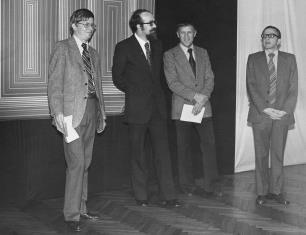 Od lewej R. Williams (zastępca attache prasowego ambasady USA w Polsce), Wojciech Ekiert (dyrektor Wydziału Kultury RN m. Łodzi), Wiesław Garboliński (rektor PWSSP w Łodzi), dyr. Ryszard Stanisławski