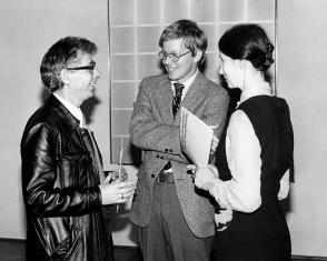 Z lewej Stanisław Fijałkowski w rozmowie z R. Williamsem (zastępca attache prasowego ambasady USA) i Urszulą Czartoryską (Dział Fotografii i Technik Wizualnych)