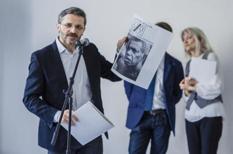 Dyr. Jarosław Suchan prezentuje wydawnictwo towarzyszące wystawie.