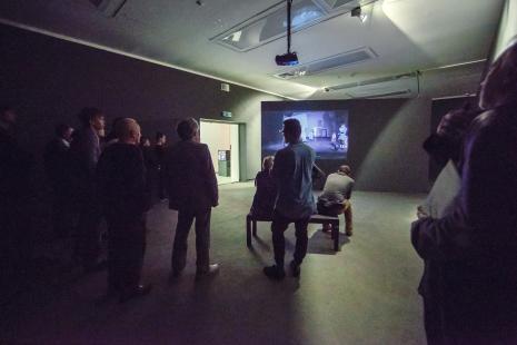 Publiczność podczas zwiedzania wystawy.