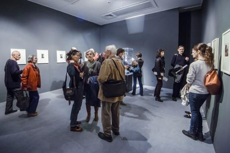 Publiczność podczas zwiedzania wystawy. Na pierwszym planie od lewej Małgorzata Antoszewska-Moneta, b. dziennikarka Polskiego Radia Krystyna Namysłowska, Edward Łazikowski.