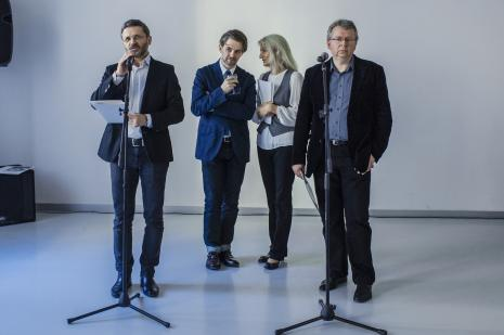 Od lewej dyr. Jarosław Suchan (ms), Jeremy Millar, tłumaczka, Paweł Polit (kurator wystawy, Centrum Muzeologiczne).