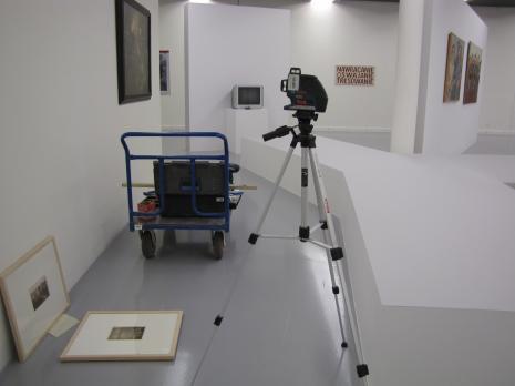 Przygotowania do otwarcia wystawy.