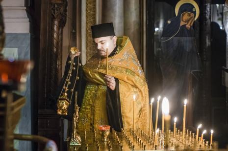 Ks. Jakub Dmitruk podczas modlitwy za duszę Katarzyny Kobro w Soborze św. Aleksandra Newskiego w Łodzi.